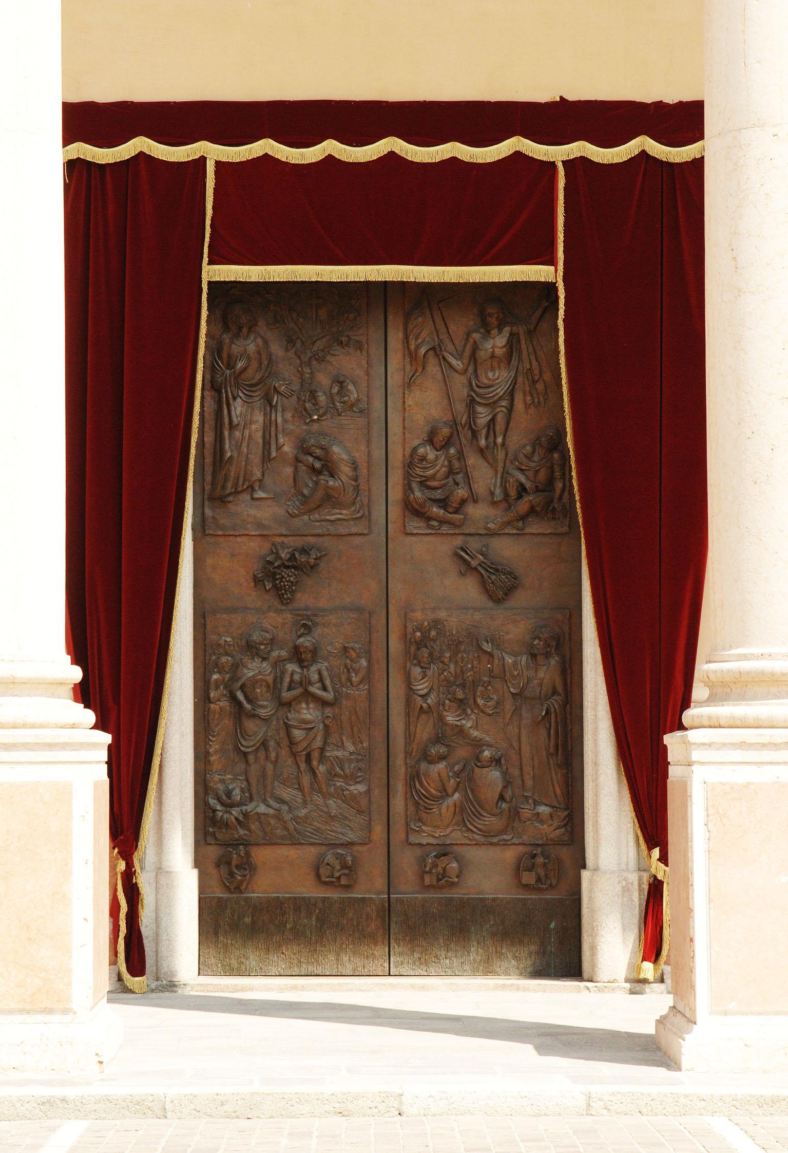 porta bronzea ingresso web